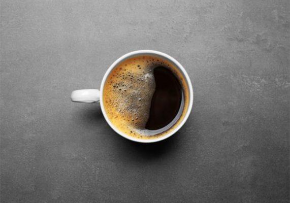 A képen egy csésze crema nélküli, vizes, rossz minőségű kávé fotója látható.